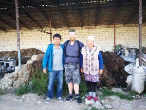 Hier sieht man den Geschäftsführer, seine Mutter und mich