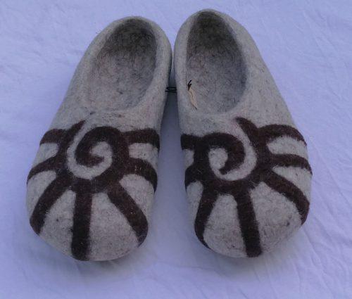 Kirgisische Filzpantoffeln ornament grau detail