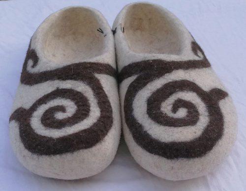 Kirgisische Filzpantoffeln ornament weiß detail