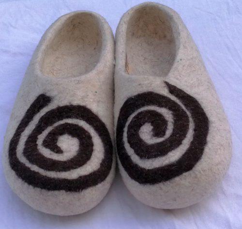 Kirgisische Filzpantoffeln spirale weiß detail 2